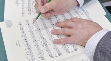 弦楽器の楽譜にはボーイングと呼ばれる弓の動きを、ひとつひとつ鉛筆で丁寧に書き込んでいきます。