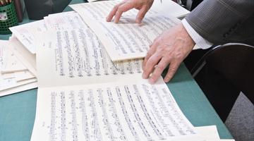 オーケストラのパート譜を細かくチェック。ミスは許されない大切な仕事です。