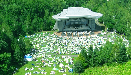写真:札幌芸術の森・野外ステージでの「ピクニックコンサート」
